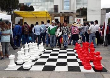 Шахматы пластмассовые 63 см белые с красными